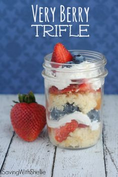 Very Berry Trifle Cake in a Jar. Adorable presentation and easy to assemble. This Very Berry Trifle recipe is perfect for Memorial Day Fourth of July or any summertime barbecue! Mini Desserts, Just Desserts, Delicious Desserts, Dessert Recipes, Yummy Food, Oreo Dessert, Dessert In A Jar, Dessert Kabobs, Yummy Treats
