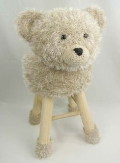 Banco urso Crochet Books, Crochet Home, Crochet Baby, Knit Crochet, Crochet Furniture, Stool Covers, Sewing Toys, Cute Dolls, Crochet Animals