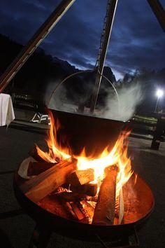 Hochzeitsempfang mit Glühwein aus dem Kessel bei einer Herbsthochzeit in der Abenddämmerung am Riessersee in Garmisch-Partenkirchen
