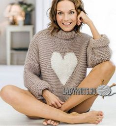 """Вязаный спицами простой теплый свитер с """"сердцем"""""""