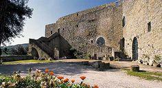 Torgiano -Umbria  Sulle colline tra Torgiano e Bettona, in frazione Signoria, alle falde del monte omonimo, si erge questo antico castello chiamato anticamente Russanum, Rescanum, Recsano e Rusciano, considerato inespugnabile nel Medioevo.
