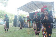 Tari Guel di Panggung Apresiasi Piasan Seni Banda Aceh 2015 #piasanseni - Piasan Seni Banda Aceh 2015 http://on.fb.me/1ifHj8G Get more on Piasan Seni Facebook FanPage http://on.fb.me/1F1xLsA ============== OFFICIAL UPDATES ABOUT PIASAN SENI BANDA ACEH 2015 ------------------------ www.piasanseni.org info@piasanseni.org (mail) @piasanseni (twitter/Instagram/tumblr/Pinterest) 58780415  C002DE7E3 (BBM) Piasan Seni Banda Aceh 2015 (http://bit.ly/1F1xLsB : Facebook Page) or (http://bit.ly/1ifHj8K…
