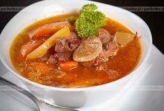 Zupa mięsna z papryką, pomidorami i kapustą