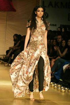 I love this outfit, stunning fabric, the design is so catchy! Love the combination of the sleeves. Great look! Anamika Khanna