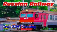 Full HD | Электропоезд ЭД9Т-0021 проезжает железнодорожный переезд.