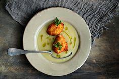 Sopa de apionabo y apio con buñuelos de ricotta y aceite de hojas de apionabo
