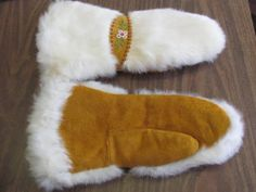 Native American Beaded Large Gloves White Rabbit Fur Lined Well Made Native Beading Patterns, Native Beadwork, Fur Accessories, Nativity Crafts, Mittens Pattern, Native American Beading, Rabbit Fur, Mitten Gloves, Bead Art