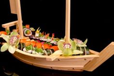 A Sushi boat can come in all kinds of different materials, styles and colors. Barca Sushi, Sushi Boat, Sashimi, Fathers Day, Seafood, Table Decorations, Ethnic Recipes, Boats, Kitchen Ideas