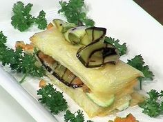 Strudel d'aubergines, tomate et mozzarella (Strudel de berenjenas, tomates y mozzarella) Mozzarella, Chefs, Eggplant Recipes, Meat, Chicken, Ethnic Recipes, Food, Gourmet, Clarified Butter