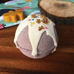 Frosted Gingerbread Bath Bombs scented with a Christmas Cookie Fragrance! Warm freshly baked ginger bread cookies with hints of brown sugar topped with rich vanilla frosting! Yum! Don't be fooled by the outside colour this bath bomb will turn your water a glittery purple!!! AD