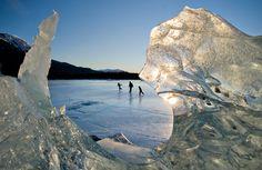 16.01.2012 Familie patinand pe Lacul Mendenhall, Alaska. (Michael Penn/ The Juneau Empire/ Associated Press)