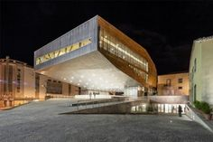 El arquitecto Josep Lluis Mateo ha hecho levitar el nuevo Centro Cultural de Castelo Branco. En su base, el edificio acoge una pista de hielo, lo que define su relación lúdica tanto con el clima como con la plaza. Este volumen, singular y compacto, es sin embargo una burbuja de actividad muy relacionada con su [...]