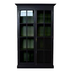 Flott og stort vitrineskap i heltre. Farge sort. Flotte detaljer i front og glassvindu i dørene. Målene på Krogh Design vitrineskap er 137 cm bred, 47 cm dypt og 198 cm høyt. www.krogh-design.no/shop/vitrineskap-svart/