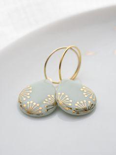 Elegante #Ohrringe für festliche Anlässe. #Creolen #Ohrhänger mit Anhängern in Tropfenform. Die Ohrringe sind auf Montblanc #Porzellan und mit goldener Verzierung / elegant #earrings for #festive occassions. Earrings with #ceramic pendants with golden decoration made by Krinke Porzellan via DaWanda.com