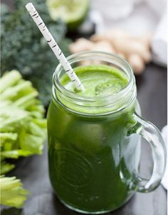 How to make detox smoothies. Do detox smoothies help lose weight? Learn which ingredients help you detox and lose weight without starving yourself. Detox Diet Drinks, Detox Juice Recipes, Green Juice Recipes, Green Smoothie Recipes, Healthy Smoothies, Healthy Drinks, Healthy Recipes, Detox Juices, Juice Cleanse