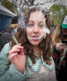 Happy #StoneySunday! I love this pic of @MissCannabliss420 from last year's #GlobalMarijuanaMarch! What are you up to today? I had a nice relaxing morning stopped by the Canna-Market at @theplanetparadise & am about to cook a nice dinner with @molecularmonkey.. Check my stories to see my day in action! Hope you're having a good one! #therealcannababes #acmpr #cannabis #stoners #thc #worldreefers #HappyTokesTribe #kushqueens #tweedledoob