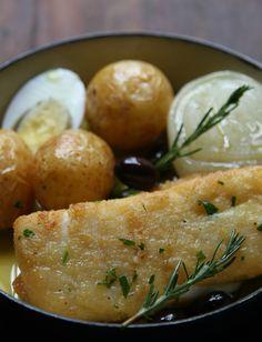 Além das batatas ao murro e do arroz com brócolis e tomate, o bacalhau ao forno vem com rodelas de cebola caramelizada (Foto: Romulo Fialdini/Divulgação)