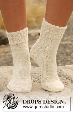 "(2,5mm) (72-72-72m) DROPS 130-18 - Chaussettes DROPS avec torsades, en ""Fabel"". - Free pattern by DROPS Design"