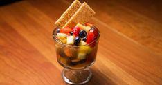 Faites le plein de fraîcheur avec cette de salade de fruits au gingembre confit de notre chef expert foodlavie Hugo St-Jacques! Une recette simple et savoureuse qui fera le bonheur de vos invités après un bon repas complet! C'est Bon, St Jacques, Pudding, Desserts, Food, Pineapple, Cooking Food, Flan, Meal