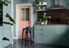 These are certainly not your ordinary kitchen colors, but this dusty pink and mint green fit perfectly with this place. I like how the green is combined with the brown stone backsplash and the pink door makes the room somehow … Continue reading → Kitchen Interior, New Kitchen, Kitchen Decor, Kitchen Design, Swedish Kitchen, Kitchen 2016, Kitchen Paint, Gravity Home, Cuisines Design