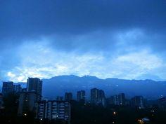 Hoy,   Julio 7 a las 5.45 AM  nubes amenazantes para amanecer.