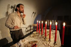 Ein Mann, ein Märchen: Jonathan Strotbek spielt die Geschichte vom Däumling Foto: König
