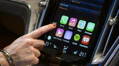 È guerra tra #AndroidAuto e #AppleCarPlay per accaparrarsi le quote di mercato nel settore auto. Fallito il tentativo delle case costruttrici di imporre un loro software proprietario, per soddisfare le esigenze dei clienti più giovani punterà sul dialogo tra cellulare e auto. Ma, secondo #NYT, molti dubbi sulla sicurezza stradale devono ancora essere sciolti: secondo gli esperti, le nuove App scaricabili rischiano di ipnotizzare gli autisti.