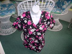 NEW SB Scrubs Scrub Top Uniform Black w/Pink & White flowers Small Pre-Owned #SBScrubs