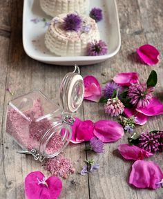 Sali aromatizzati con fiori eduli ed erbe spontanee