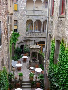 I love an inviting courtyard