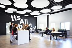 Op elke plek waar mensen elkaar ontmoeten en communiceren is het belangrijk om het algemene geluidsniveau in deze ruimte laag te houden. Wanneer het algemene geluidsniveau namelijk hoog is gaan mensen harder praten om zichzelf verstaanbaar te maken. De beste oplossing is het aanbrengen van geluidsabsorberende elementen aan plafond en wanden. #Focus #Master #Akusto @Areco Sweden AB - SE