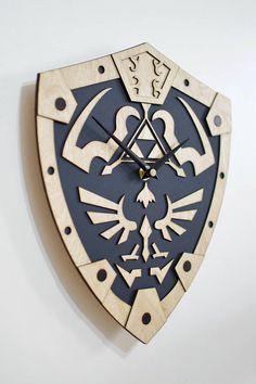 Este reloj grabado láser hermosa es teñido y acabado a mano. Las características del reloj la Trifuerza enmarcado en el icónico escudo hyliano hecho famoso por el Ocarina of Time para el N64! .  DIMENSIONES ‾‾‾‾‾‾‾‾‾‾‾‾‾‾‾‾‾‾‾‾‾‾‾‾‾‾‾‾‾‾‾ ↔10 (25cm) de ancho 12(30cm) altura ↕  ESPECIFICACIONES ‾‾‾‾‾‾‾‾‾‾‾‾‾‾‾‾‾‾‾‾‾‾‾‾‾‾‾‾‾‾‾ ❂ El reloj está hecho de madera contrachapada de abedul teñida Mecanismo de cuarzo ❂ es barrido silencioso ❂ Requiere 1 pila AA (no incluida)  ✈ ENVÍO…