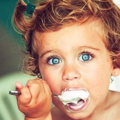 The prettiest little eyes! What a cutie. OMG I def want my child to have gorgeous blue eyes! Beautiful Children, Beautiful Babies, Beautiful People, Precious Children, Happy Children, Perfect People, Stylish Children, Future Children, Cute Kids