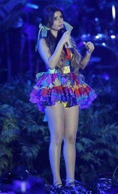 De maria-chiquinha, Paula Fernandes se vestiu de caipirinha com vestido colorido e a cintura marcada com faixa amarela