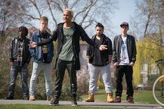 Benji (Simon Desue, Mitte) mit seiner Gang