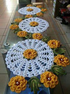 Caminho de mesa em croché camélia