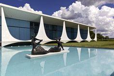 Palácio da Alvorada – Brasília - Viagem e arquitetura: saiba onde ficam as principais obras de Oscar Niemeyer no Brasil (via Guia Viajar Melhor on Twitter)