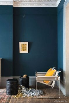 Décoration intérieur peinture : marier les couleurs Depth and elegance of the blue walls, illuminated by a yellow sun cushion (painting Hague Blue, Farrow and Ball). Interior Paint, Home Interior, Yellow Interior, Interior Designing, Modern Interior, Stiffkey Blue, Interior Inspiration, Design Inspiration, Bathroom Inspiration