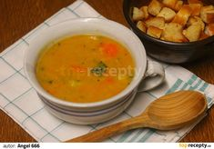 V hrnci rozehřejeme máslo, vhodíme nadrobno nakrájenou cibuli a smažíme, až cibule zesklovatí. Brambory oloupeme, nakrájíme na kostičky,... Bon Appetit, Thai Red Curry, Ethnic Recipes, Soups, Soup
