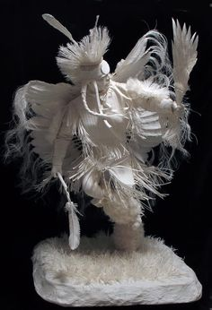 The paper sculpture represents Native American Art. It turns an ordinary piece of paper into a next level of art wonders. Native Art, Native American Art, American Indians, Sculpture Textile, Sculpture Art, Paper Sculptures, Art Beauté, Paper Artwork, Wow Art