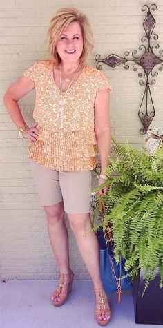 """13. Por que esse look está na categoria """"Arrumadinhos"""" se ela usa bermuda?, você pode estar se perguntando. No meu entender, a sandália anabela alta, as bijus douradas com pérolas e a blusinha com babados - que está em alta - faz juz ao título. Mesmo a bermuda, é de alfaiataria, na cor cáqui, bem clássica. Foto: Tania do 50 is Not Old"""