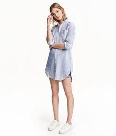 Weiß/Gestreift. Lange Bluse aus weicher Baumwoll-/Leinenmischung. Modell mit Knopfreihe vorn, einer Brusttasche und abgerundetem Saum.