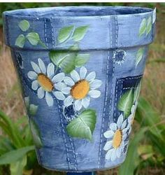 Hand Painted Flower Pots can be as simple or as elaborate as you wish. Here is a collection of some of the most beautiful hand painted pots around. Flower Pot Art, Clay Flower Pots, Flower Pot Crafts, Clay Pots, Flower Pot Design, Flower Pot People, Clay Pot People, Painted Plant Pots, Painted Flower Pots