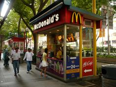 McDonald's kiosk on Orchard Road in Singapore Food Stall Design, Food Cart Design, Food Truck Design, Cafe Shop Design, Kiosk Design, Mcdonald's Restaurant, Restaurant Design, Building A Wooden House, Container Coffee Shop