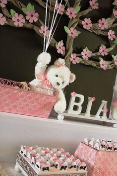 Si tu bebé en camino es una niña, esta es la decoración ideal para tu Baby Shower. Se destacan los ositos, los tules, los ramilletes de globos y un sin fin de bellos detalles . La mayoría de los osos de peluche son de color marrón claro (aunque puedes encontrar los osos de peluche de …