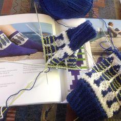 12 vind-ik-leuks, 4 reacties - Bluework (@bluework65) op Instagram: '#tantulltussockor #strickenistmeinyoga #knittingsocks #knittingmakesmehappy 🐟🐟🐟'