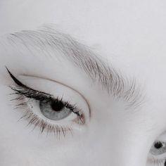 Ideas makeup dark green eyes make up Howleen Wolf, Art Blanc, Fleur Delacour, Catty Noir, Yennefer Of Vengerberg, Jeff The Killer, Monochrom, Pale Skin, White Aesthetic