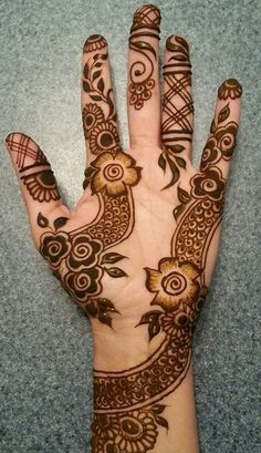 Latest simple mehndi design elements like shaded florals, lined-patterns and evident bare space. Henna Hand Designs, Latest Henna Designs, Indian Henna Designs, Stylish Mehndi Designs, Wedding Mehndi Designs, Best Mehndi Designs, Arabic Mehndi Designs, Mehndi Designs For Hands, Rangoli Designs