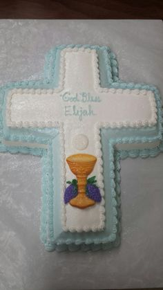 First Holy Communion cake for a boy. Simple, linear, no flowers. Sugar chalice and host. Boys First Communion Outfit, Boys First Communion Cakes, Boy Communion Cake, Communion Favors, Boy Baptism, Christening, Baptism Cakes, Cross Cakes, Cross Designs
