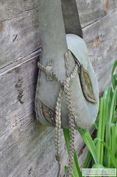 ręcznie wykonana  torba ze skóry  nubukowej w kolorze  zieleni khaki,zszywana rzemieniami,ozdobiona wypalonymi motywami liści (język ,szlówka,boki) oraz warkoczem z rzemieni ,szeroki   spód nadaje jej kulisty kształt i pakowność, wys.-27cm  szer.-25cm dł.paska-  regulowana...